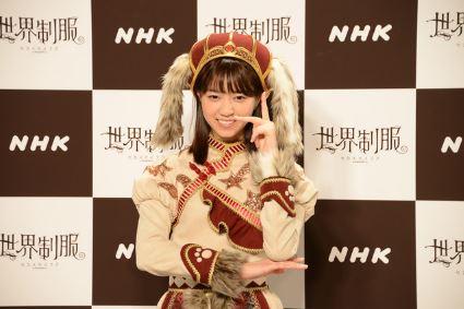 制服のマネキンのポーズをする西野七瀬さん